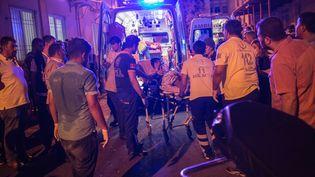 Les secours évacuent des blessés après une attaque survenue en plein mariage, le 20 août 2016, à Gaziantep (Turquie). (AHMED DEEB / AFP)