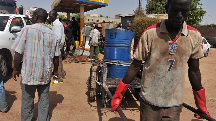 Des habitants de Bamako (Mali) font des provisions de carburant après l'embargo décrété par la Cédéao, le 3 avril 2012. (ISSOUF SANOGO / AFP)