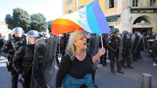 """La militante altermondialiste, Geneviève Legay, lors d'un rassemblement des """"gilets jaunes"""" à Nice, le 23 mars 2019. (VALERY HACHE / AFP)"""