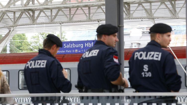 (Des policiers autrichiens à Sazbourg le 15 septembre 2015 ©Reuters/Dominic Ebenbichler)