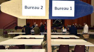 Dans un bureau de vote de Martres-Tolosane (Haute-Garonne) lors du premier tour des régionales, dimanche 6 décembre 2015. (PASCAL PAVANI / AFP)