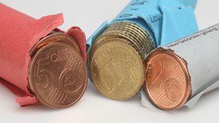 Des rouleaux de pièces de 2, 5 et 10 centimes d'euros. (PERSCHFOTO / DPA)