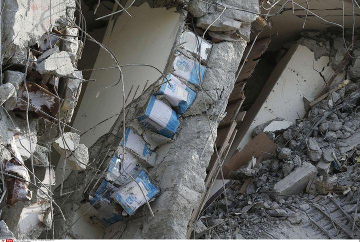 Des bidons ont été découverts dans les piliers de l'immeubleWeiguan Jinlong, où l'on dénombre 36 morts lundi 8 février 2016, après le séisme qui a touché Taïwan samedi. (WALLY SANTANA/AP/SIPA / AP)