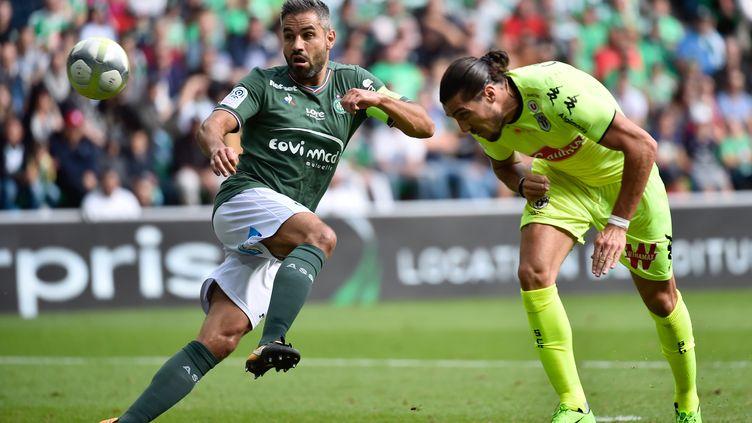 Loïc Perrin (Saint-Etienne) au duel avec Enzo Crivelli (Angers) (ROMAIN LAFABREGUE / AFP)