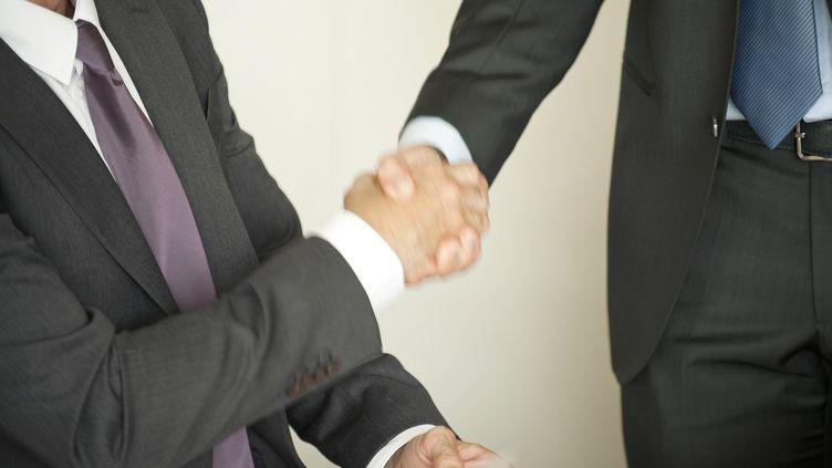 Une poignée de mains scelle un accord. Photo d'illustration. (ODILON DIMIER / MAXPPP)