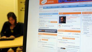 Une cadre à la recherche d'un emploi sur le site internet de l'Apec.  (ALEXANDRE MARCHI / MAXPPP)