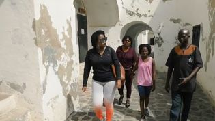 Des afro-américains venus s'installer au Ghana, dans un fort où a eu lieu la traite. (France 2)