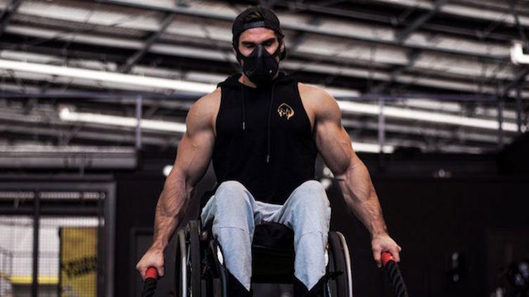 Scott Doolan utilisera un fauteuil muni de roues tout-terrain pour l'occasion. ©Apexgen