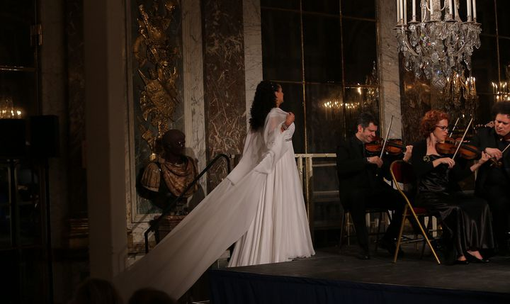 L'arrivée sur scène de Cecilia Bartoli, royale.  (Xavier Paris/Decca Classics)