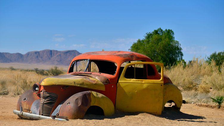 Une voiture abandonnée dans le désert du Namib en Namibie (photo d'illustration). (PHILIPPE ROYER / ONLY WORLD)
