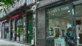Le 11 mai, les commerçants ont pu rouvrir leur boutique après huit semaines de fermeture obligatoire. Les coiffeurs, libraires et les magasins de vêtements ré-accueillent peu à peu leurs clients. (FRANCE 2)