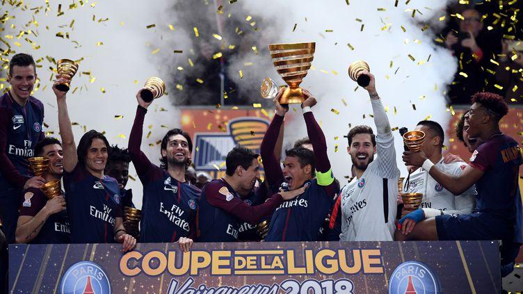 Les joueurs du PSG soulèvent leur 5e Coupe de la Ligue consécutive. (FRANCK FIFE / AFP)