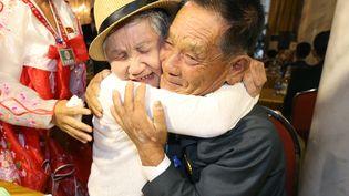 Lee Keum-seom (à gauche), 92 ans, rencontre son fils nord-coréenRi Sung Chol(à droite), 71 ans, au mont Kumgangen Corée du Nord. (KOREA POOL / AFP)