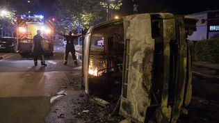 Les sapeurs-pompiers ont effectué une centaine d'interventions, suite aux violences urbaines ayant éclatées dans lequartier du Breil (Nantes) (SEBASTIEN SALOM GOMIS / AFP)