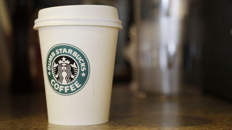 Une tasse de café Starbucks. (DAN R. KRAUSS / GETTY IMAGES NORTH AMERICA /¨AFP)