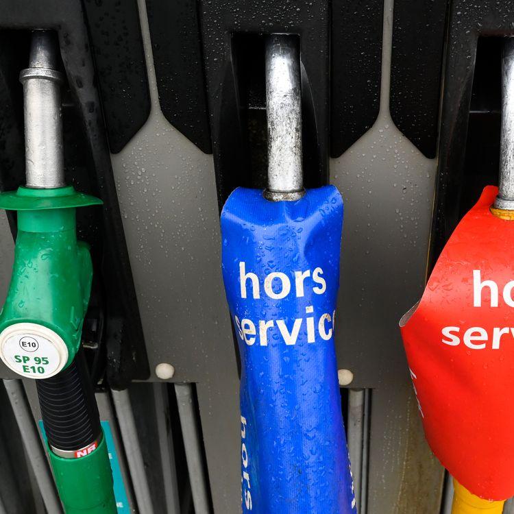 Des pompes à essence hors-service dans un station-service à sec le 1er décembre 2011 à Vern-sur-Seiche. (DAMIEN MEYER / AFP)