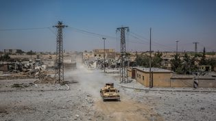 Un véhicule blindé des Forces démocratiques syriennes, le 24 juillet 2017, à Raqqa. (MORUKC UMNABER / AFP)