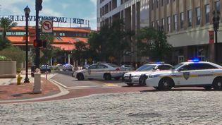 Des véhicules de police à proximité des lieux d'une fusillade à Jacksonville, en Floride (Etats-Unis), le 26 août 2018. (WJXT / AFP)