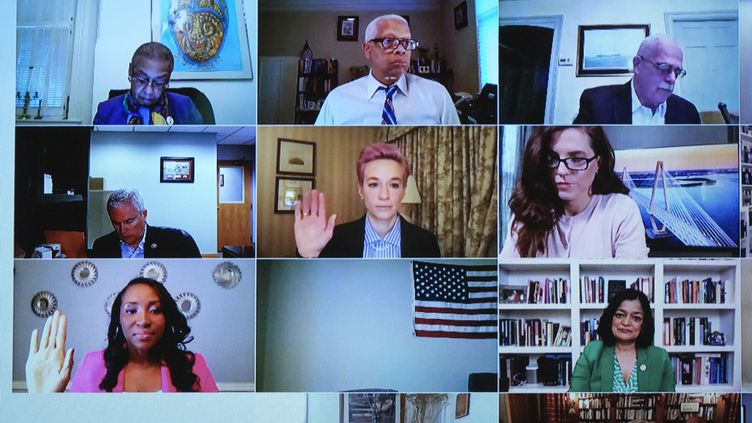 Megan Rapinoe (au centre), ici en visio-conférence mercredi 24 mars, a donné sa vision des choses sur l'égalité salariale entre les femmes et les hommes. (DREW ANGERER / GETTY IMAGES NORTH AMERICA)