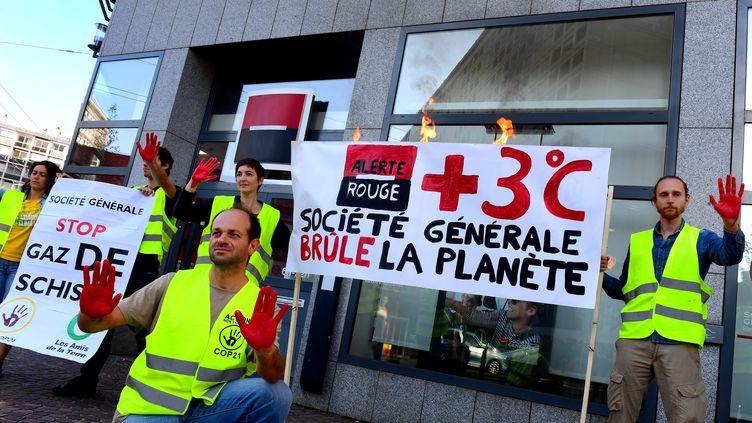 """Des membres de l'association """"Les Amis de la terre"""" manifestent devant une agence de la Société générale à Lyon, en octobre 2018 (illustration) (PHOTO PHILIPPE JUSTE / MAXPPP)"""