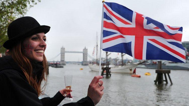 Une jeune anglaise assistant au jubilé de la reine ELizabeth II, le 3 juin 2012 à Londres (Royaume-Uni) (CARL COURT / AFP)