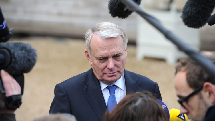 Jean-Marc Ayrault, le 6 novembre 2013 à la sortie du Conseil des ministres, à Paris. (ALAIN JOCARD / AFP)