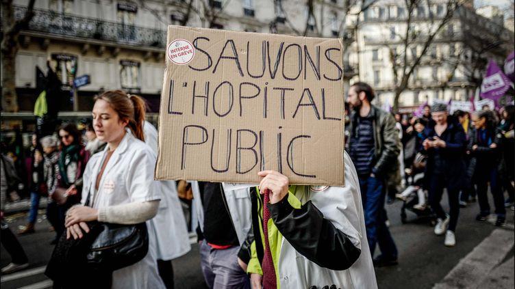 Une manifestation de personnels hospitaliers, le 17 décembre 2019 à Paris. (LUC NOBOUT / MAXPPP)