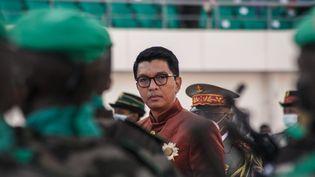 Sur cette photo prise le 26 juin 2021, le président malgache Andry Rajoelina inspecte les troupes lors des célébrations de la fête de l'indépendance au stade Barea, à Antananarivo, la capitale malgache. (RIJASOLO / AFP)
