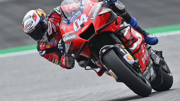 Andrea Dovizioso (Ducati) dans ses oeuvres sur le tracé de Spielberg en Autriche (JOE KLAMAR / AFP)
