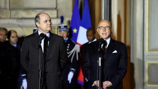 Bruno Le Roux (à gauche) et Bernard Cazeneuve, au ministère de l'Intérieur, à Paris le 6 décembre 2016. (BERTRAND GUAY / AFP)