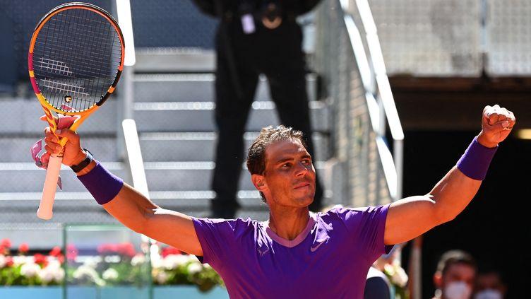 L'Espagnol Rafael Nadal célèbre sa victoire contre l'Australien Alexei Popyrin lors du tournoi de Madrid, le 6 mai 2021. (GABRIEL BOUYS / AFP)