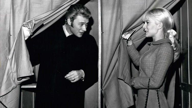 Johnny Hallyday et Sylvie Vartan, ici photographiés en 1965, couple iconique de l'histoire de la musique française. (KEYSTONE PICTURES USA / KEYSTONE MAXPPP)