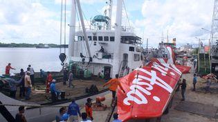 La queue de l'Airbus A320-200 d'AirAsia qui s'est abîmé en mer de Java en décembre 2014, dans le port de Kumai (Indonésie), le 7 février 2015. (YUDHA MANX / AFP)