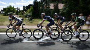 Les coureurs du Tour de France sur le parcours de la troisième étape entre Anvers et Huy (Belgique) marquée par une lourde chute, lundi 6 juillet 2015. (JEFF PACHOUD / AFP)
