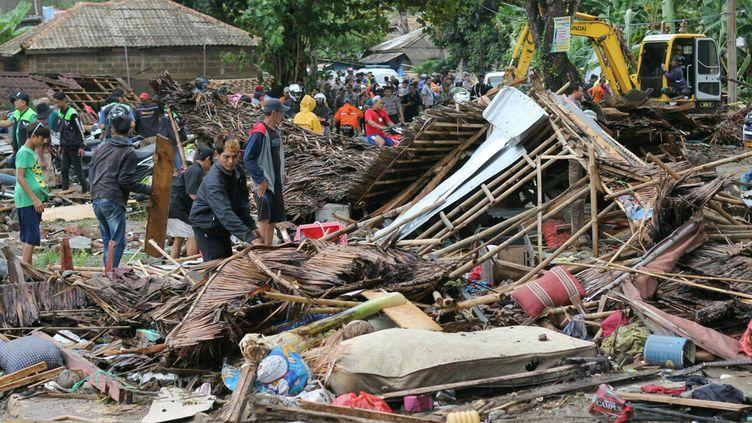Des habitants de Carita (Indonésie) inspectent des maisons balayées par le tsunami, le 23 décembre 2018. (AP / SIPA)