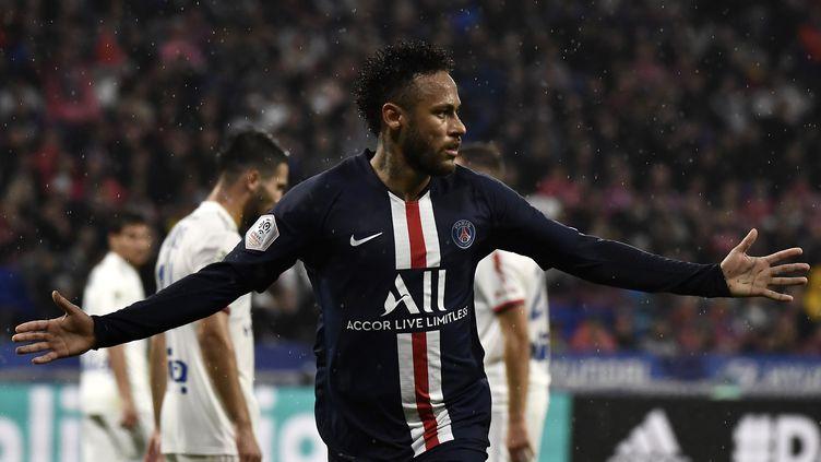 L'attaquant du PSG Neymar fête son but face à Lyon, lors de la victoire 1-0 de son équipe au Groupama Stadium (Lyon), le 22 septembre 2019. (JEFF PACHOUD / AFP)