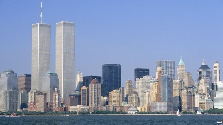 Les tours jumelles du World Trade Center, à New York, avant l'attaque terroriste du 11 septembre 2001. (SOBERKA RICHARD / AFP)