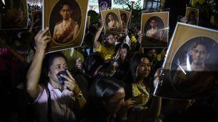 Des Thaïlandais pleurent la mort du roiBhumibol Adulyadej, à Bangkok, le 13 octobre 2016. (LILLIAN SUWANRUMPHA / AFP)