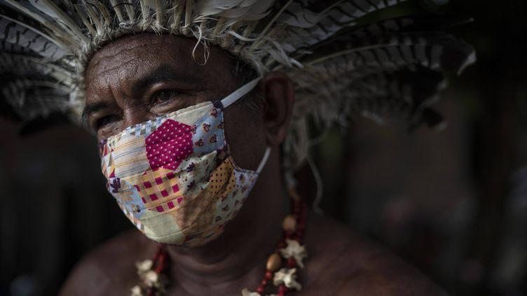 Pedro dos Santos, leader d'une communauté d'Amazonie, pose, masque sur le visage, pour une photo le 10 mai 2020 à Manaus, au Brésil (FELIPE DANA / AP / SIPA)