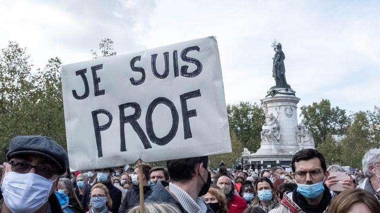 Rassemblement place de la République, à Paris, en hommageà Samuel Paty, l'enseignant assassiné vendredi 16 octobre. (BRUNO LEVESQUE / MAXPPP)
