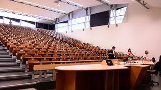 Le grand amphi del'université Jean Moulin Lyon 3 pourrait accueillir des étudiants en TD tout en respectant le protocole sanitaire, plaide son présidentÉric Carpano (photo d'illustration). (MOUILLAUD RICHARD / MAXPPP)