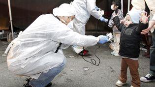 Des enfants évacués du périmètre de la centrale nucléaire de Fukushima sont soumis à des tests de radioactivité le 13 mars 2011 àKoriyama. (KIM KYUNG HOON / REUTERS)