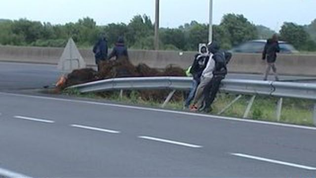 Tunnel sous la Manche: un migrant se fait percuter par un camion