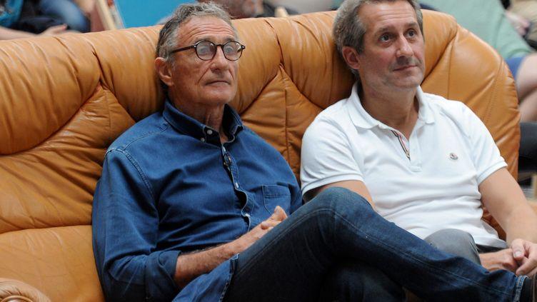 Guy Novès (G) regardant la retransmission à Toulouse du match des Bleus contre l'Argentine en Coupe du monde au Japon, le 21 septembre 2019. (FREDERIC CHARMEUX / MAXPPP)