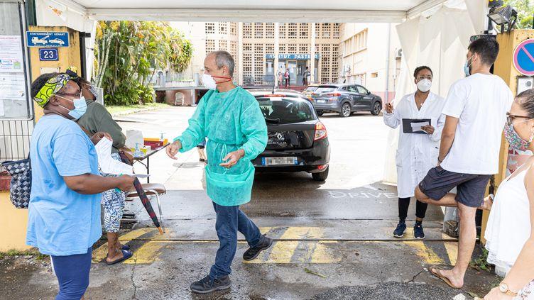 Des soignants pratiques des tests de dépistage du Covid-19 devant l'institut Pasteur de Cayenne, en Guyane, mardi 23 juin 2020. (JODY AMIET / AFP)