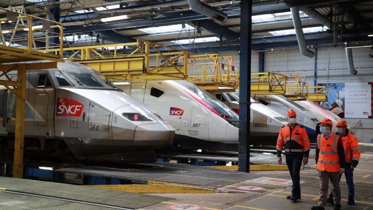 Des techniciens de la SNCF, le 14 mai 2020 à Châtillon (Hauts-de-Seine). (LUDOVIC MARIN / AFP)