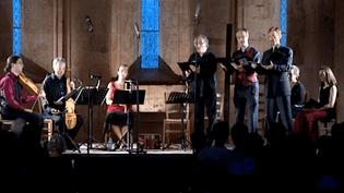 L'ensemble Gilles Binchois sous la voûte romane de l'abbaye  (France3culturebox)