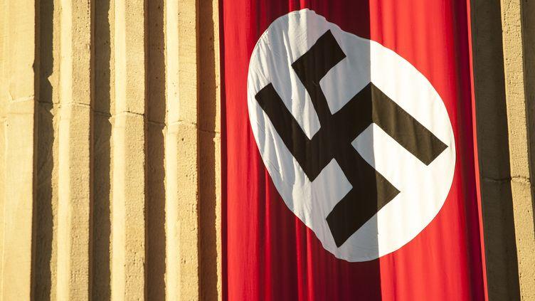 Un drapeau nazi flotte à Varsovie (Pologne), le 1er décembre 2018, à l'occasion du tournage d'un film. (MACIEJ LUCZNIEWSKI / NURPHOTO / AFP)