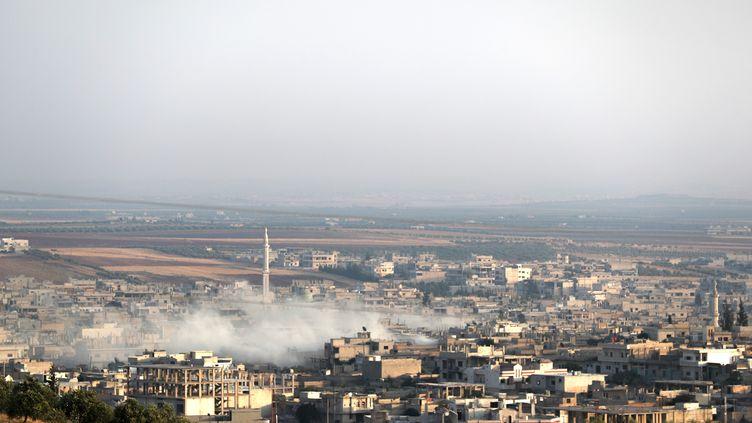 Un panache de fumée au-dessus de la ville syrienne de Kahn Cheikoun (Syrie), le 5 août 2019. (OMAR HAJ KADOUR / AFP)