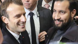 Emmanuel Macron escorté par Alexandre Benalla lors de sa visite au Salon de l'Agriculture, le 24 février 2018. (LUDOVIC MARIN / AFP)